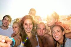 Amis en été prenant un selfie Images libres de droits