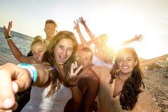 Amis en été prenant un selfie Photo stock