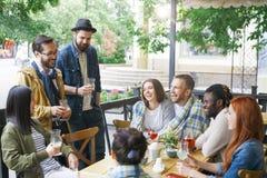 Amis en café d'été Image libre de droits