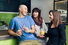Amis en café ayant l'amusement Photographie stock libre de droits