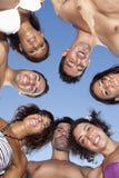 Amis en cercle regardant vers le bas Photographie stock libre de droits