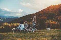Amis en clairière d'automne appréciant le paysage Images libres de droits