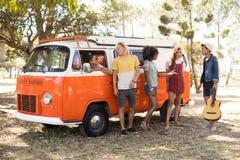 Amis en le camping-car Images libres de droits