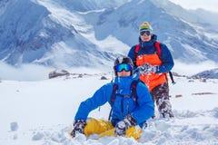 Amis en montagnes d'hiver Images stock