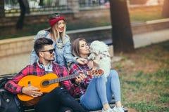 Amis en parc ayant l'amusement Photographie stock libre de droits