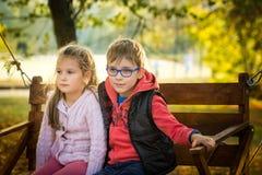 Amis en parc d'automne Photographie stock libre de droits
