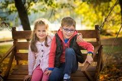 Amis en parc d'automne Photo stock