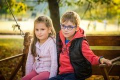 Amis en parc d'automne Images libres de droits