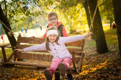 Amis en parc d'automne Image libre de droits