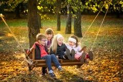 Amis en parc d'automne Photographie stock