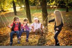Amis en parc d'automne Images stock