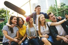 Amis en parc prenant un selfie de groupe millénaire et la jeunesse c Photos stock