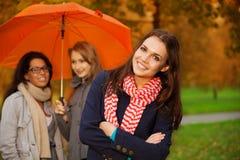 Amis en stationnement d'automne Image libre de droits
