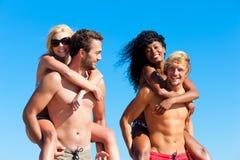 Amis en vacances à la plage Photos libres de droits