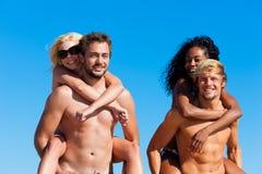 Amis en vacances à la plage Images libres de droits