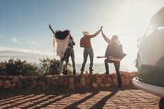 Amis en vacances ayant l'amusement dehors Images libres de droits