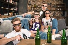 Amis en verres 3D observant le film Photo libre de droits