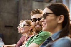 Amis en verres 3D observant le film Photographie stock libre de droits