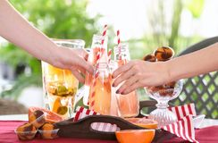 Amis encourageant avec des bouteilles de limonade régénératrice Photos libres de droits