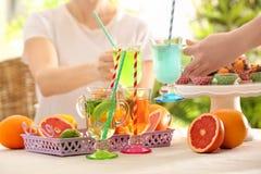 Amis encourageant avec des verres de différentes sortes Photo stock