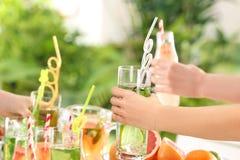 Amis encourageant avec des verres de différentes sortes Photos stock
