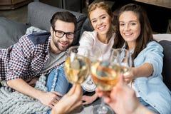 Amis encourageant avec du vin Photographie stock libre de droits