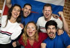Amis encourageant la coupe du monde avec le drapeau peint Photographie stock