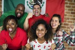 Amis encourageant la coupe du monde avec le drapeau peint Photos stock
