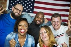 Amis encourageant la coupe du monde avec le drapeau peint Photo libre de droits