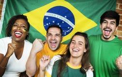 Amis encourageant la coupe du monde avec le drapeau peint Photographie stock libre de droits