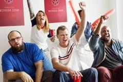 Amis encourageant la coupe du monde avec le drapeau peint Image libre de droits