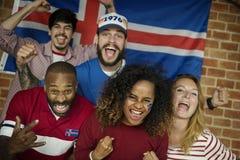 Amis encourageant la coupe du monde avec le drapeau peint Images stock