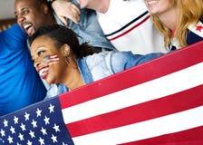 Amis encourageant la coupe du monde avec le drapeau peint Photos libres de droits