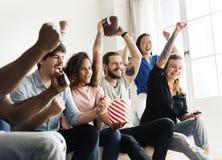 Amis encourageant la ligue de sport ensemble Image libre de droits