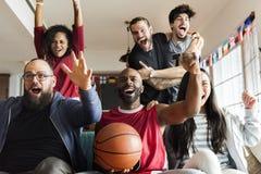 Amis encourageant la ligue de sport ensemble Photos libres de droits
