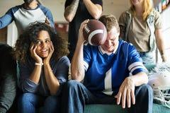 Amis encourageant la ligue de sport ensemble Photo libre de droits