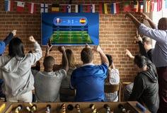 Amis encourageant le sport à la barre ensemble Image libre de droits