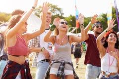Amis encourageant une représentation à un festival de musique Images stock