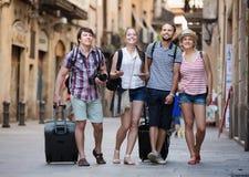 Amis ensemble à la marche de vacances Image stock