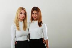 amis ensemble deux jeunes Photos libres de droits