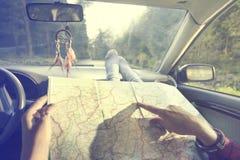 Amis ensemble pour une nouvelle aventure recherchant la bonne manière sur la carte Image libre de droits