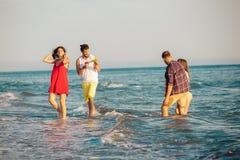Amis ensemble sur la plage ayant l'amusement Photo libre de droits