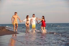 Amis ensemble sur la plage ayant l'amusement Photos libres de droits