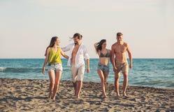 Amis ensemble sur la plage ayant l'amusement Images libres de droits