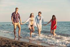 Amis ensemble sur la plage ayant l'amusement Photo stock