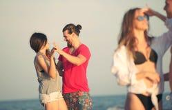 Amis ensemble sur la plage ayant l'amusement Images stock