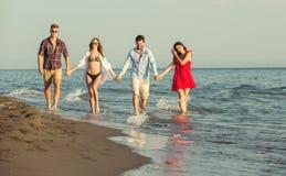 Amis ensemble sur la plage ayant l'amusement Photos stock