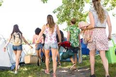 Amis enthousiastes arrivant au festival de musique Image stock