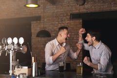 Amis enthousiastes encourageant avec émotion pour l'équipe préférée Photo stock
