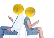 Amis envoyant des messages Emoji font face Image libre de droits